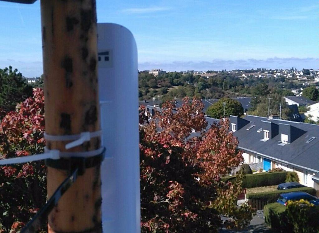 Photo d'une antenne sur un mat.
